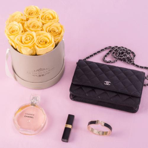 Rosenbox Flowerbox La Vie De La Rose: gelbe Infinity Rosen in Kombination mit Accessiores in schwarz - Entdecken Sie unsere luxuriöses Design im Shop